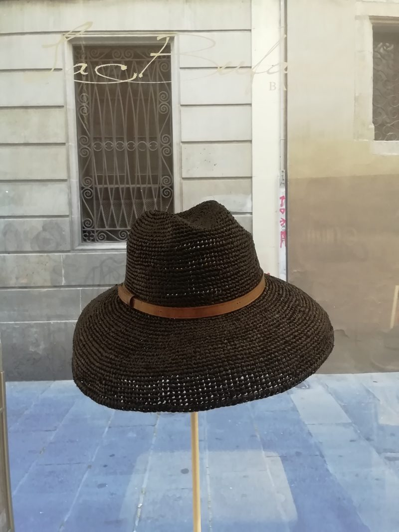 Safary hat by Ibeliv. Handmade in black raphia with leather band. Foldable hat