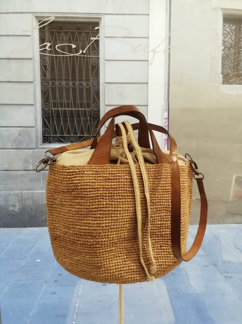 Shoulder and bucketbag by Ibeliv. Handmade in natural raphia colour natural