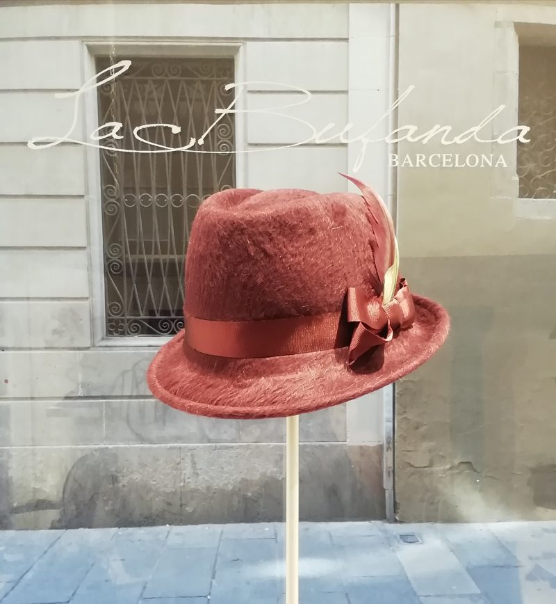 Ferrucciovecchi-hat-fedora-lapin-garnet-red-color-feather